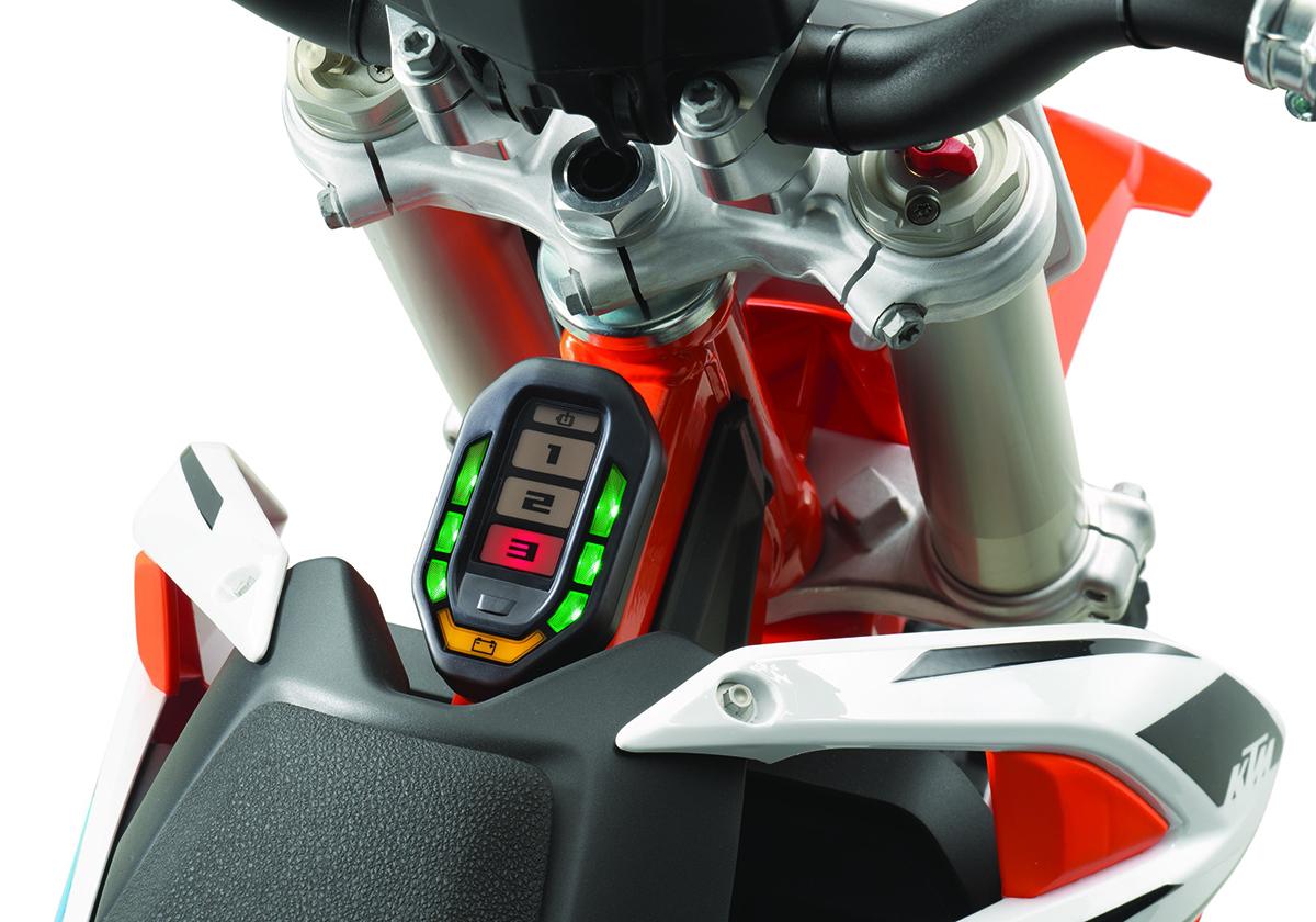 8-KTM-SX-E-5-MY2020_Instrument-panel.jpg#asset:21895